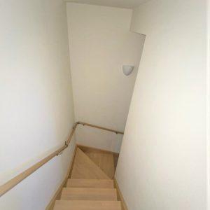 画像:1階からの階段を2階から