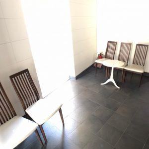 画像:ロビー内の休息スペース