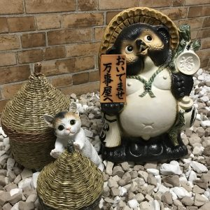 画像:信楽焼狸と猫の置物