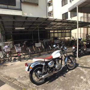 画像:駐輪場とバイク置き場