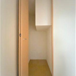 画像:1階6帖洋室(事務所スペース)収納